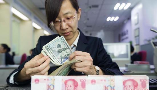 资料图:银行工作人员清点货币。张云 摄